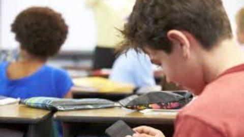 I telefonini a scuola: aiuto o distrazione?