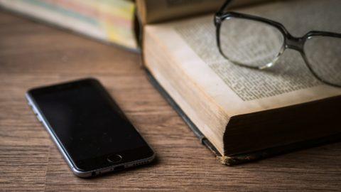 Vietare il cellulare in classe per limitare i danni oppure usarlo come possibilità di crescita?