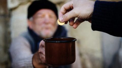 multe a chi aiuta i bisognosi: pro o contro?