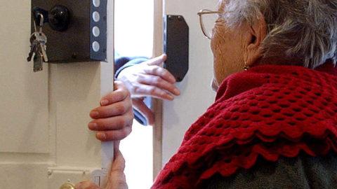 Siamo stufi di questi anziani truffati.